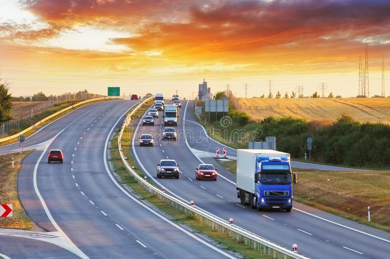 有汽车和卡车的高速公路运输-57448862.jpg